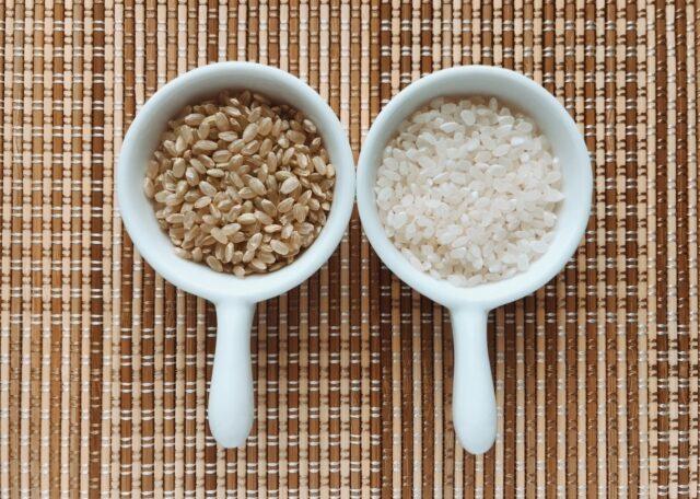カップに入った玄米と白米